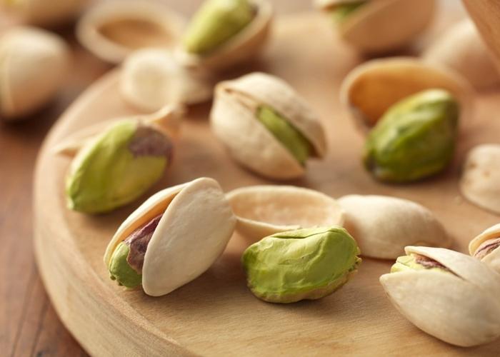 tabla-de-madera-con-pistachos
