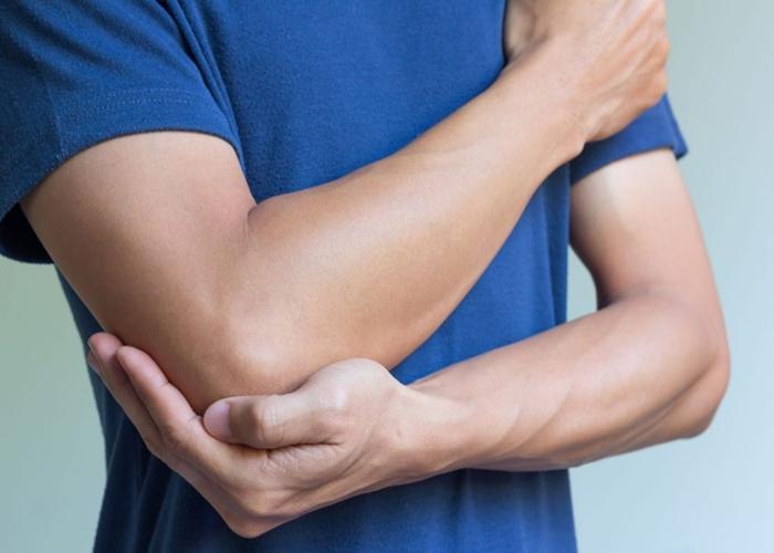 hombre-con-dolor-y-picazon-en-los-codos-por-psoriasis