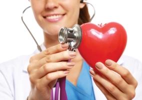 mujer-con-estetoscopio-y-corazon