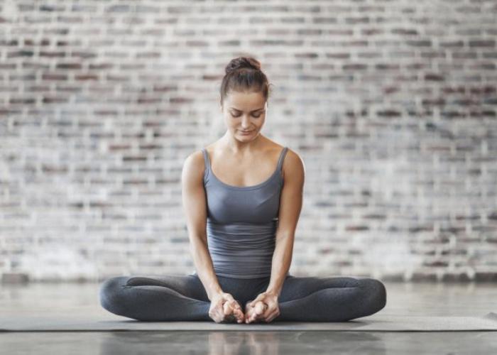 postura-yoga-aliviar-dolor-cabeza