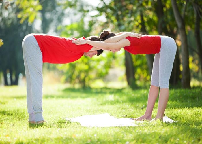 3 posturas de yoga de a dos