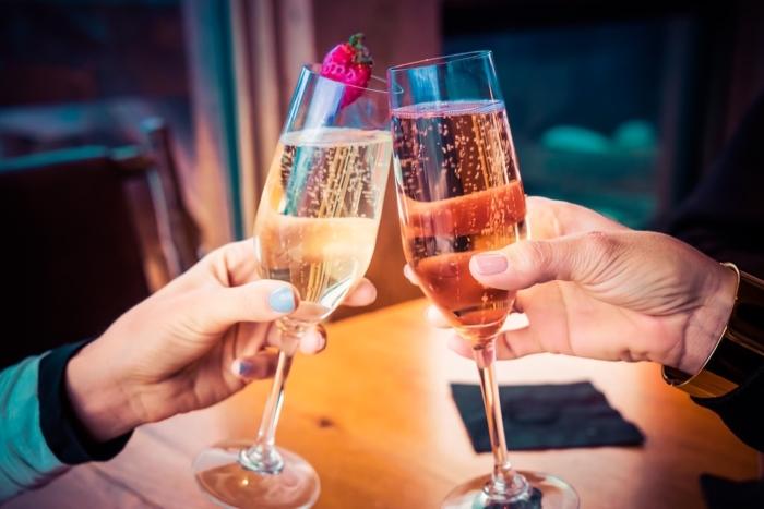 Dos personas brindando con champagne