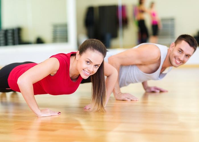 pareja haciendo flexiones