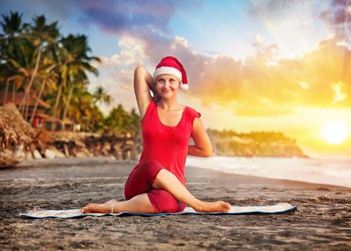 Mujer haciendo Yoga en Navidad