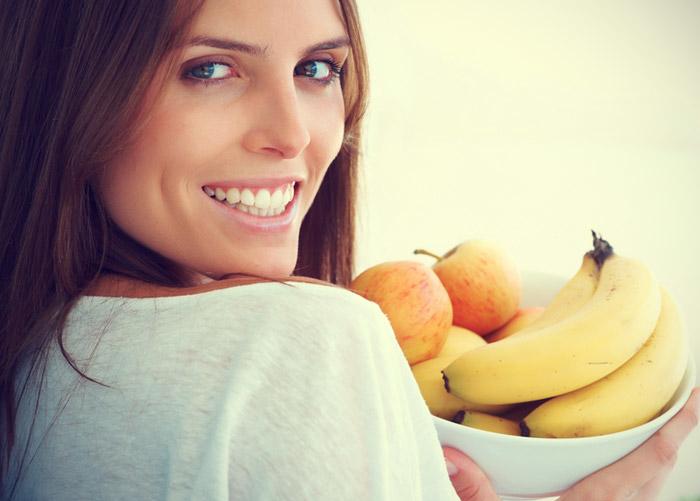 mujer-con-pote-de-frutas