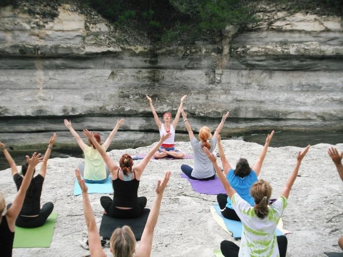 grupo-de-mujeres-haciendo-yoga