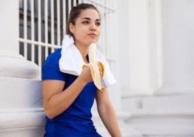 mujer-comiendo-platano