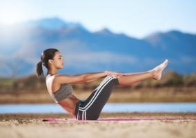 Mujer haciendo Pilates