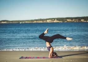 mujer-haciendo-yoga