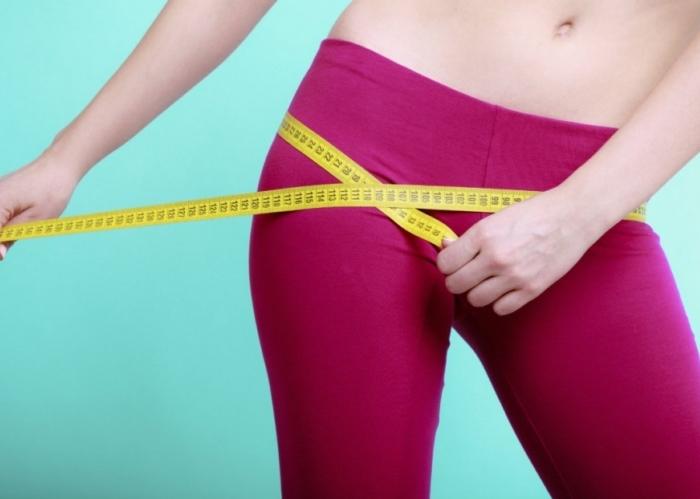 mujer-midiendo-su-cintura