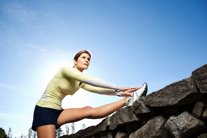 Mujer estirando piernas