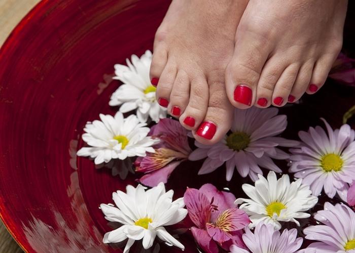 Mujer lavando sus pies