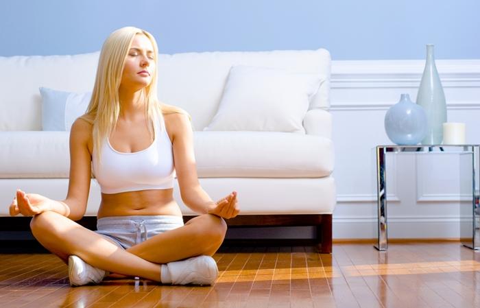 Mujer meditando por la mañana