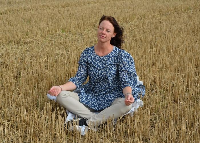 Mujer practicando la meditación
