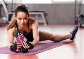 mujer estirando los musculos