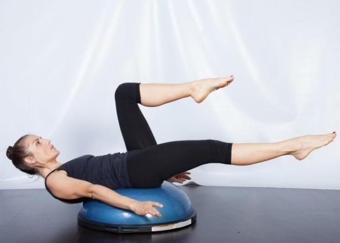 Elimina grasa y fortalece el core con estos ejercicios con la pelota bosu b885c3c0f284