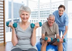 Personas haciendo ejercicio con mancuernas