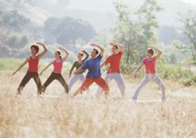 Grupo de personas practicando Tai Chi Chuan