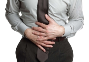 Hombre con dolores estomacales por constipación