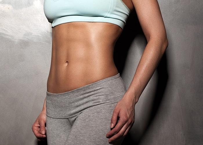 Mujer con abdomen plano