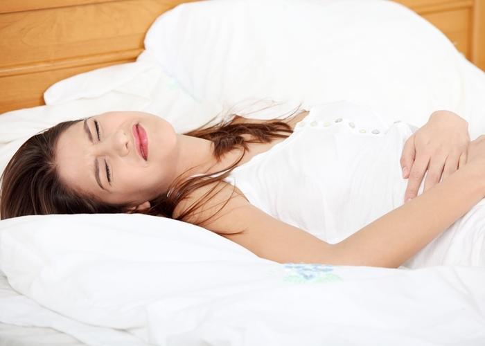 Mujer con dolores menstruales