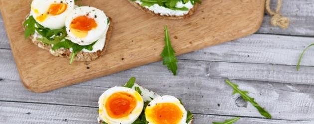 tostas saludables de rúcula y huevo