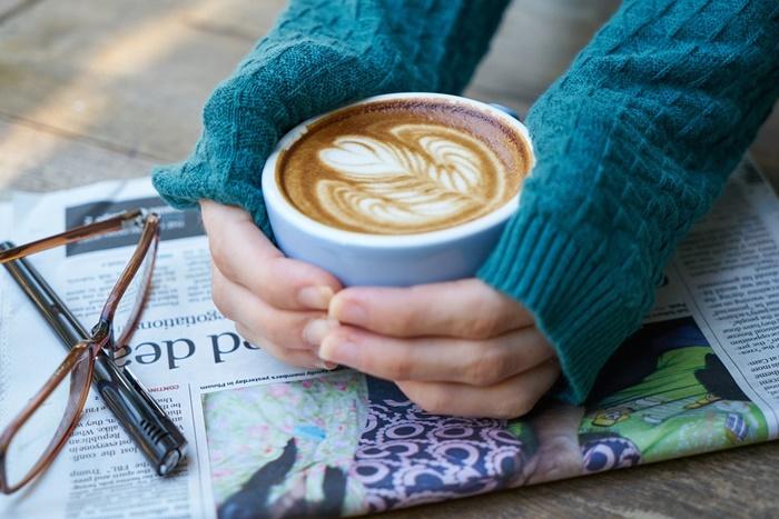 Beber taza de café