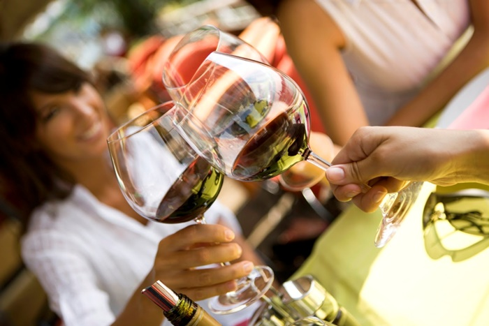 Grupo de personas tomando vino