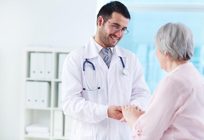 Médico apoyando a su paciente