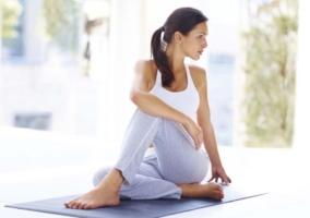 Mujer estirando músculos