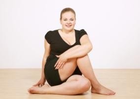 Mujer gordita haciendo Yoga