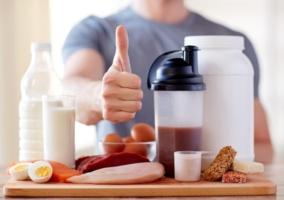 Tabla con alimentos para deportista