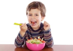 Niño comer vegetales