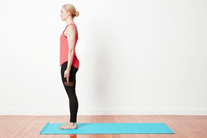 La Tadsana es una postura de Yoga que puede ayudar a aliviar el dolor en  las rodillas y relajar el cuerpo y la mente. Para comenzar ponte totalmente  recto y ... becf146f18d6