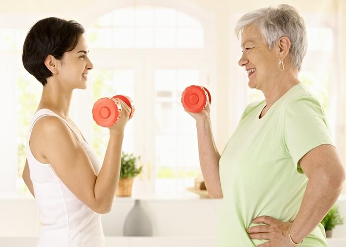 Mujeres haciendo ejercicios con mancuernas
