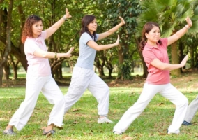 Mujeres practicando taichi