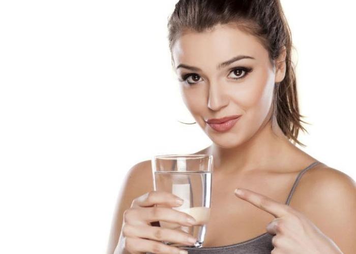 Persona bebiendo agua
