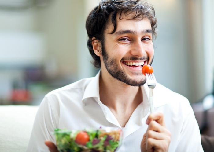 Hombre come saludable