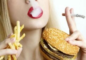 Persona comiendo fumando