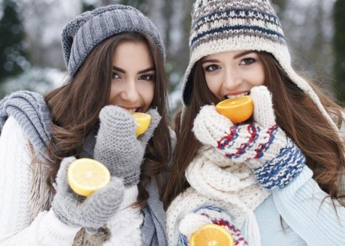 Personas comiendo frío