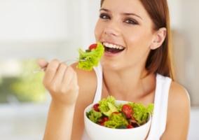 Persona comiendo vegetales