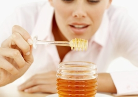 Persona comiendo miel