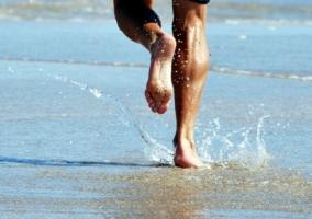 Hombre corriendo en la arena