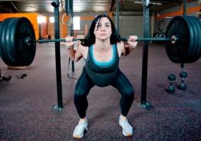 Mujer embarazada levantado pesas1