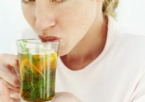 Persona bebiendo infusión
