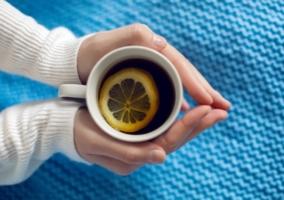 Persona con una taza de té