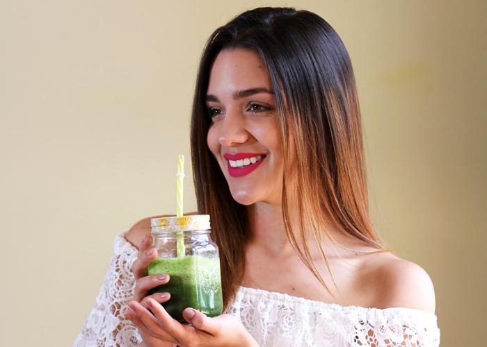 Persona con zumo verde