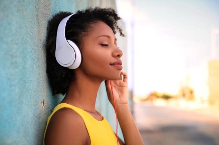 Mujer relajada con música