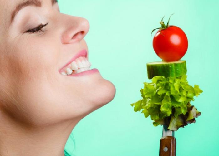 Persona comiendo saludable