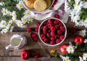 Tazón de frambuesas en el desayuno